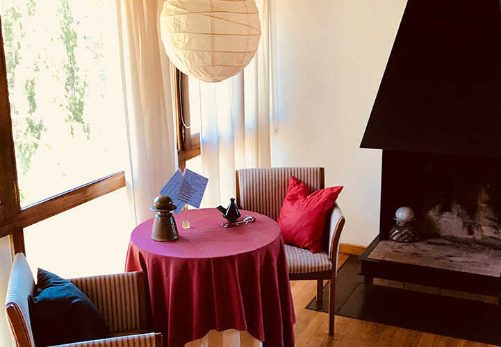 posada-tollo-suite-salon-chimenea